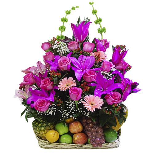 Canasta de rosas lirios y frutas irania floristeria